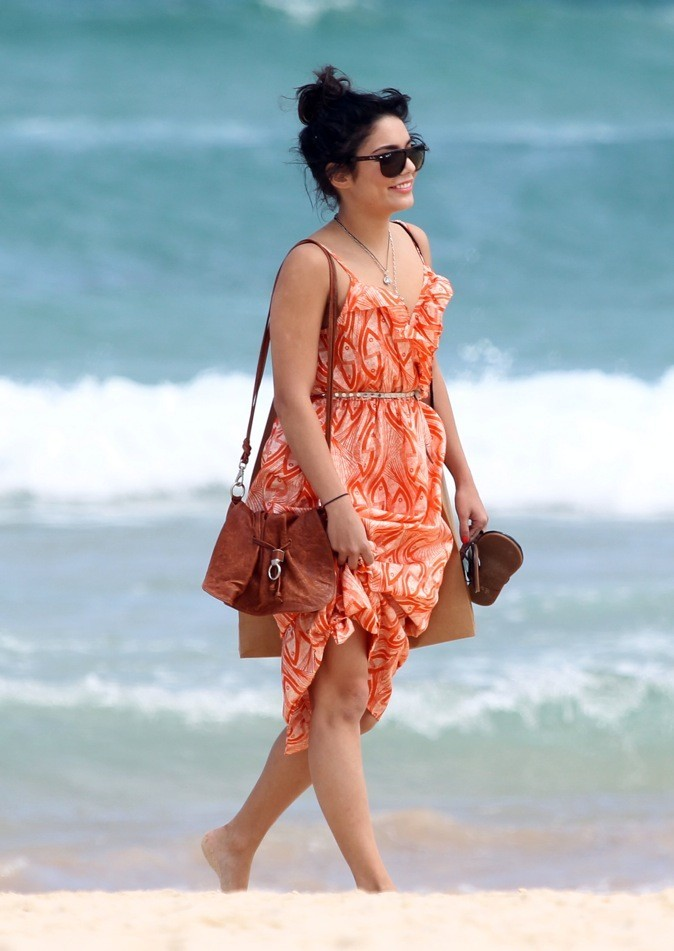 Vanessa Hudgens se balade sur le bord de mer dans une tenue estivale !