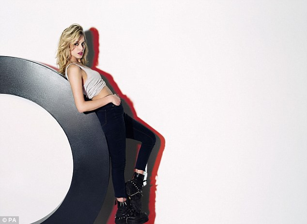 Alice Dellal pour Fashion Targets Breast Cancer