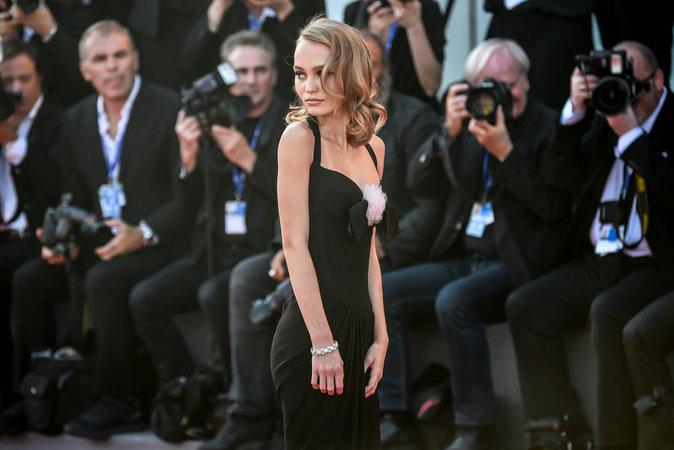 """Photos : Lily Rose-Depp en couverture de ELLE : """"J'essaie de grossir"""""""
