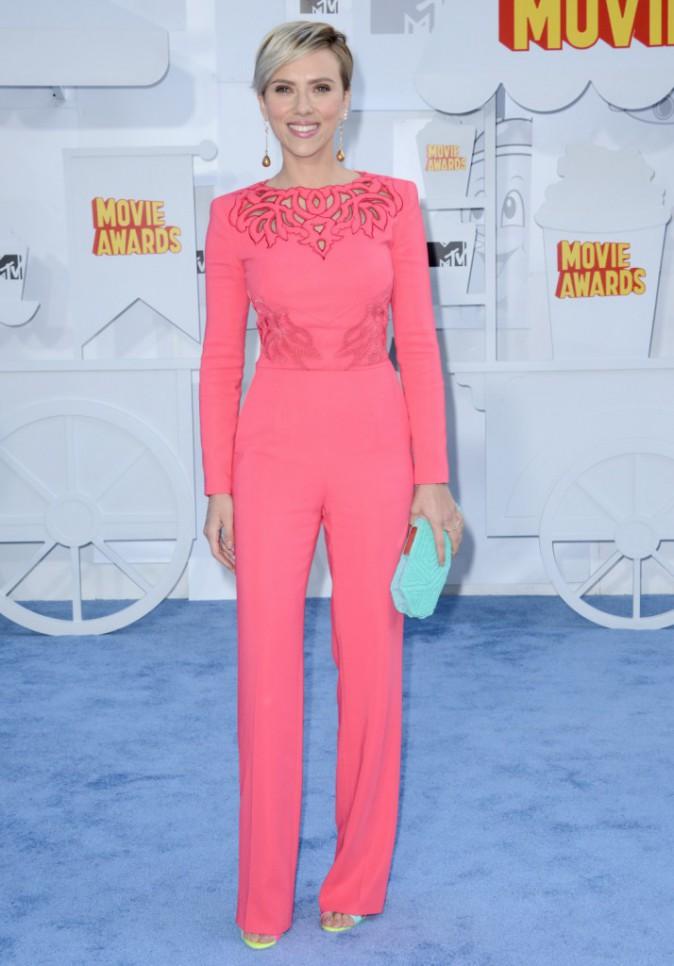 Scarlett Johansson en combinaison Zuhair Murad et chaussures Sophia Webster