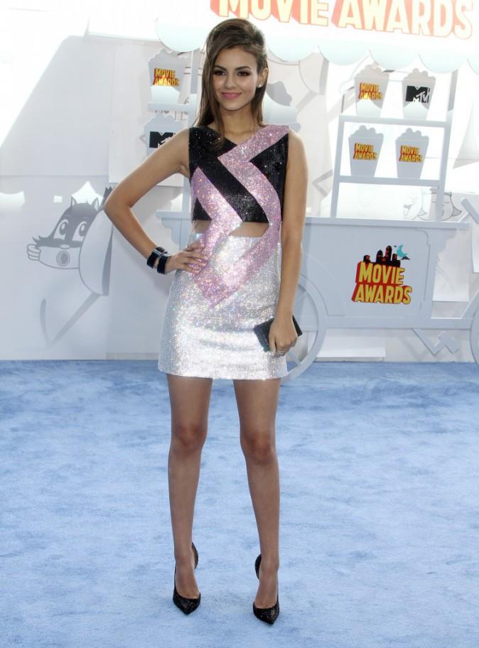 Victoria Justice en robe Versace
