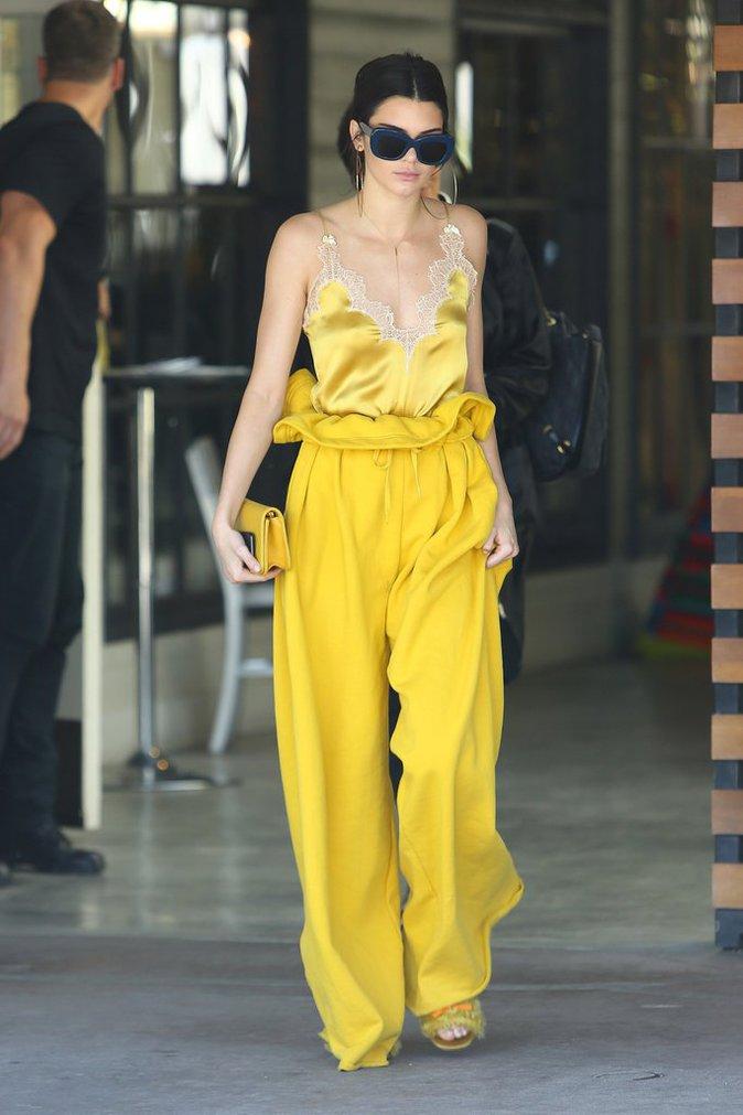 Le jaune cocu n'a jamais été porté avec autant d'élégance... N'est-ce pas Kendall Jenner ?
