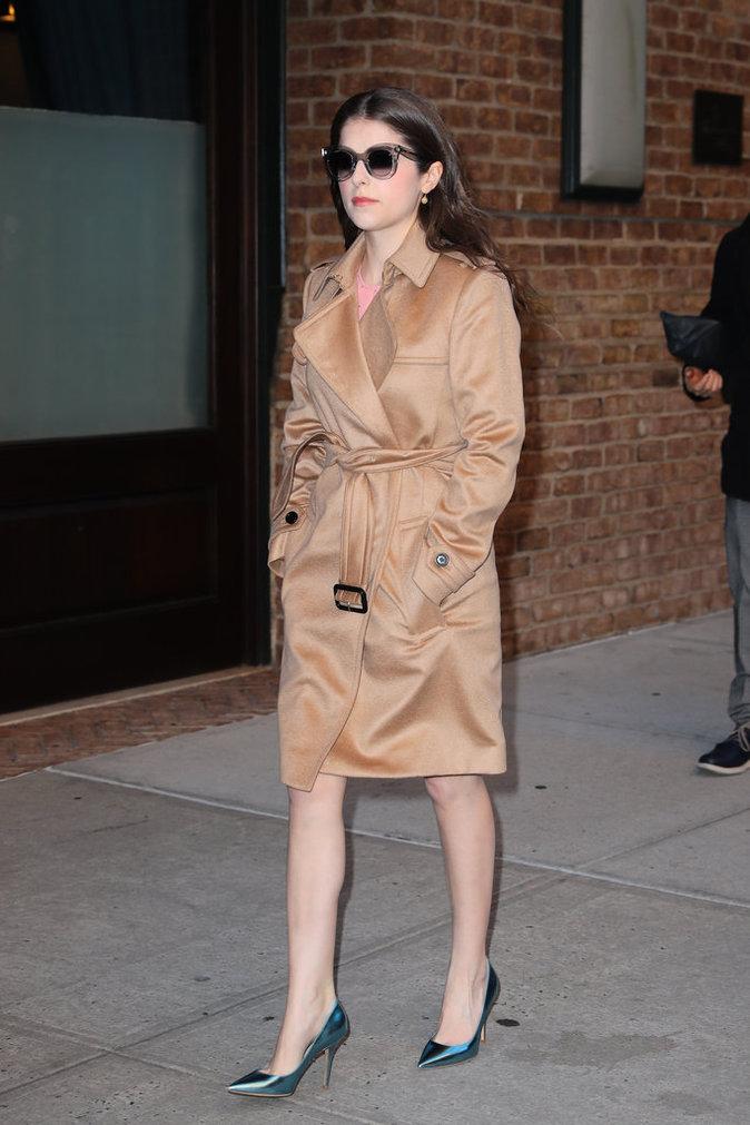 Anna Kendrick : La robe trench, un incontournable !