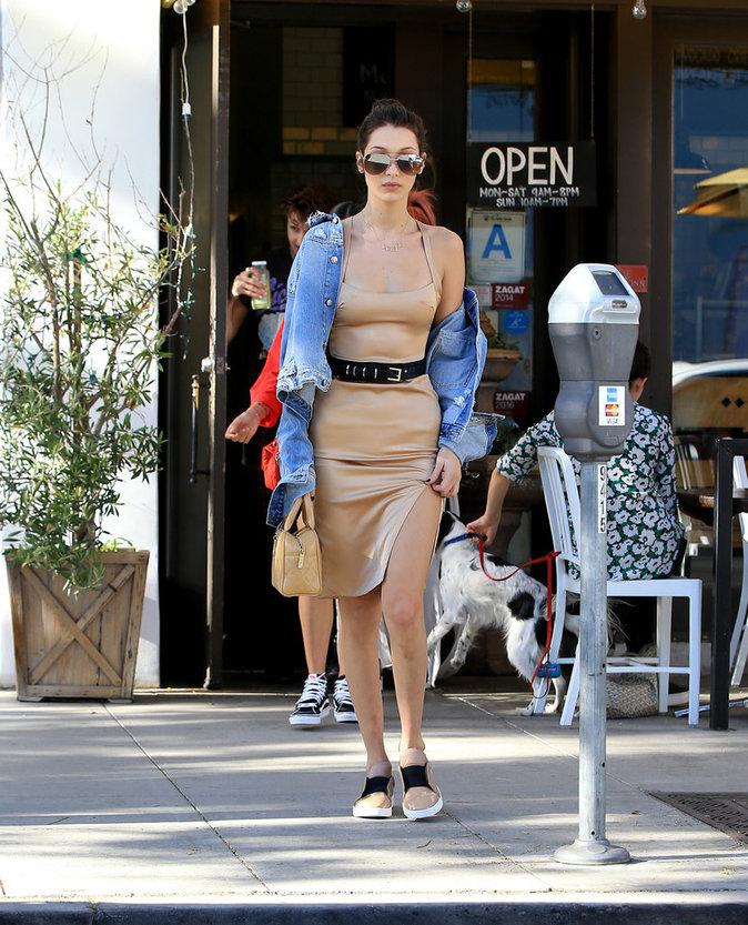 """Bella Hadid : la veste en jean portée """"à la Kardashian"""""""