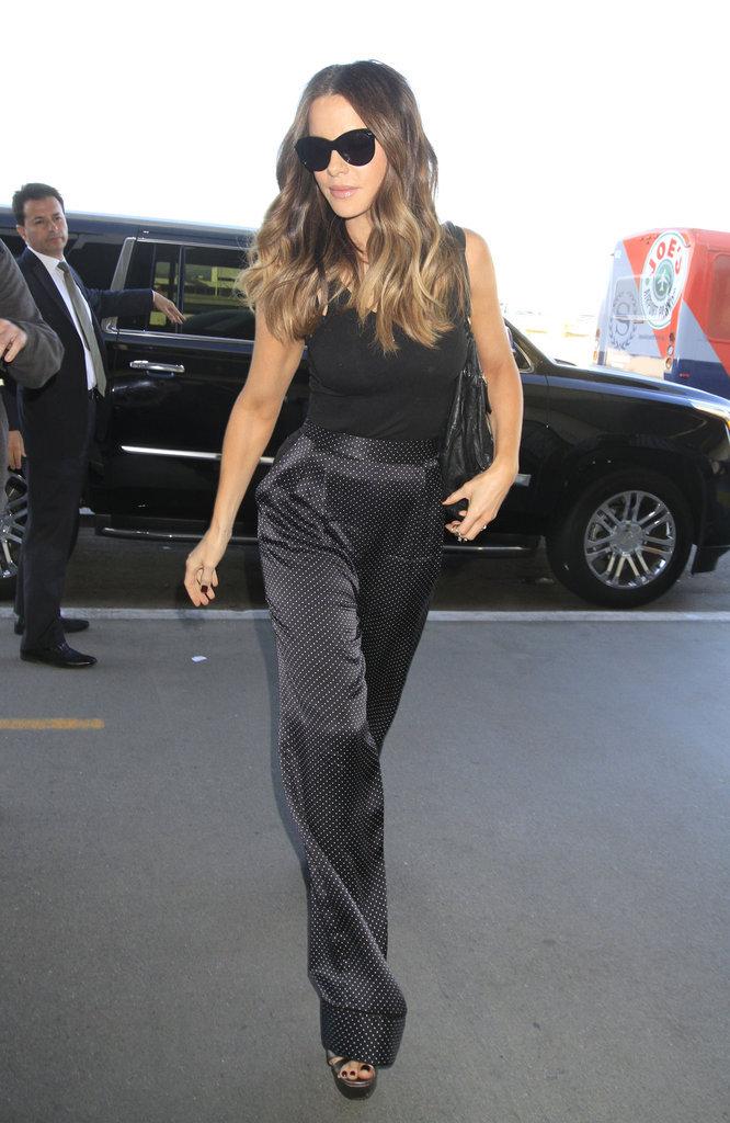 Kate Beckinsale : On craque pour son pantalon taille haute à pois