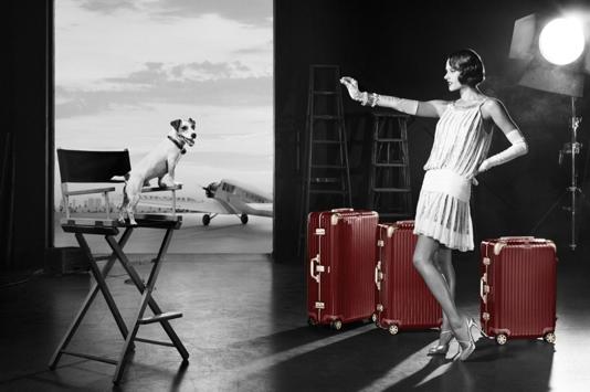 Alessandra Ambrosio pose pour la nouvelle campagne des valises Rimowa, aux couleurs des années folles