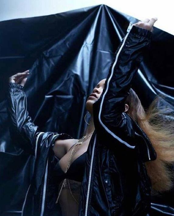 Photos : Rihanna : elle se tire le portrait pour Fader Magazine !