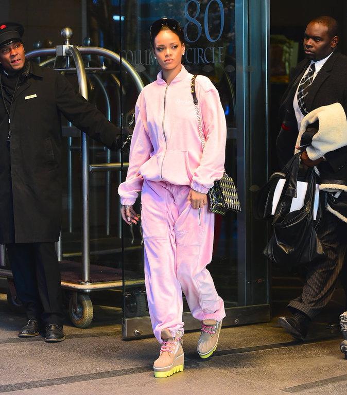 Rihanna dans son survêtement en velours