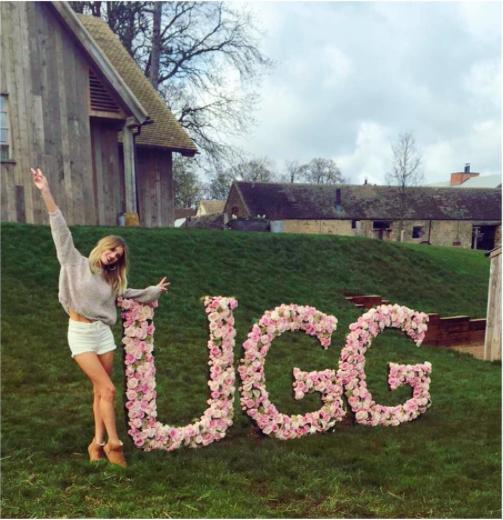 Photos : Rosie Huntington-Whiteley : au chaud dans ses Uggs pour une campagne champêtre !