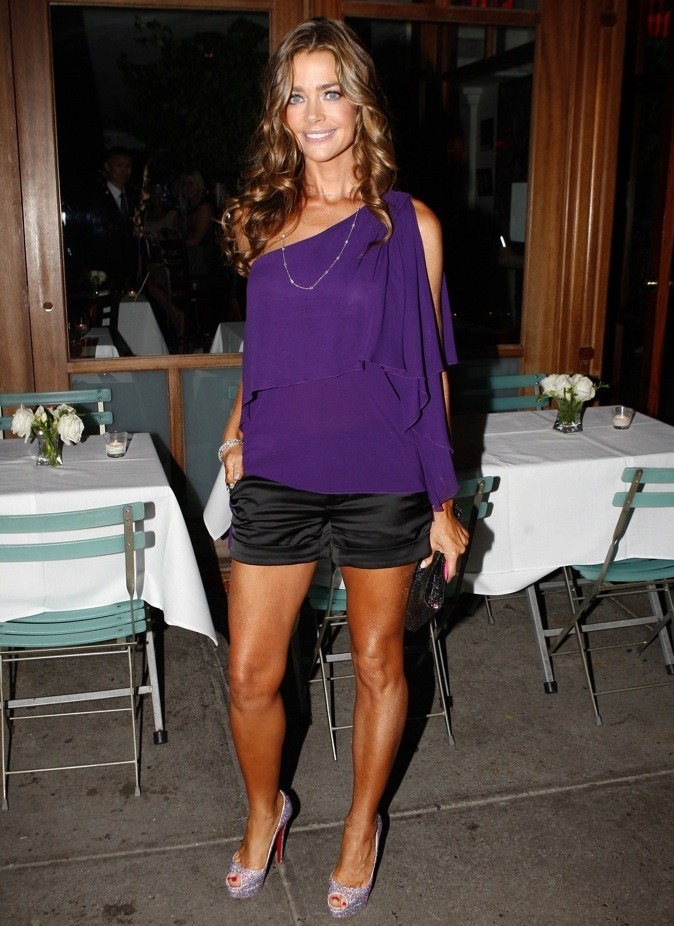 Denise Richards : les peep toe violet, assortis à son top !