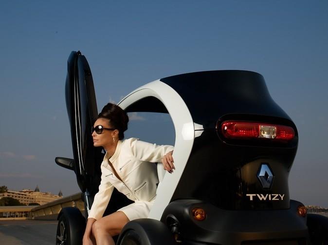 Inès Sastre et la voiture électrique Twizy