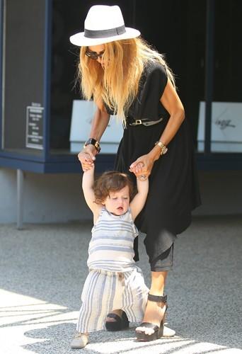 Apprendre à marcher à Skyler, c'est Rachel qui s'en charge.