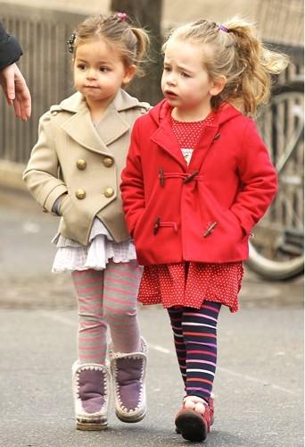 Les jumelles aiment les leggings, encore plus quand ils sont rayés.