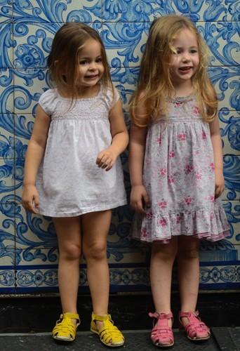Les jumelles en robe.