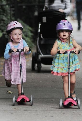 Les jumelles ne font pas encore leur jogging ensemble, elles préfèrent la trottinette.