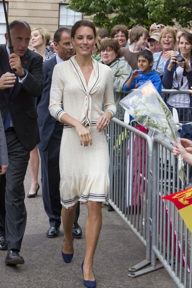 ... ou robe blanche et escarpins bleus Prada ?