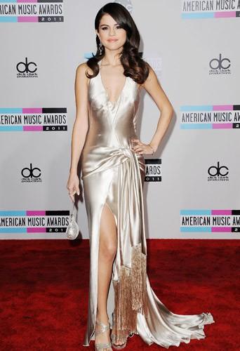 Selena Gomez en Giorgio Armani aux American Music Awards le 20 novembre 2011.