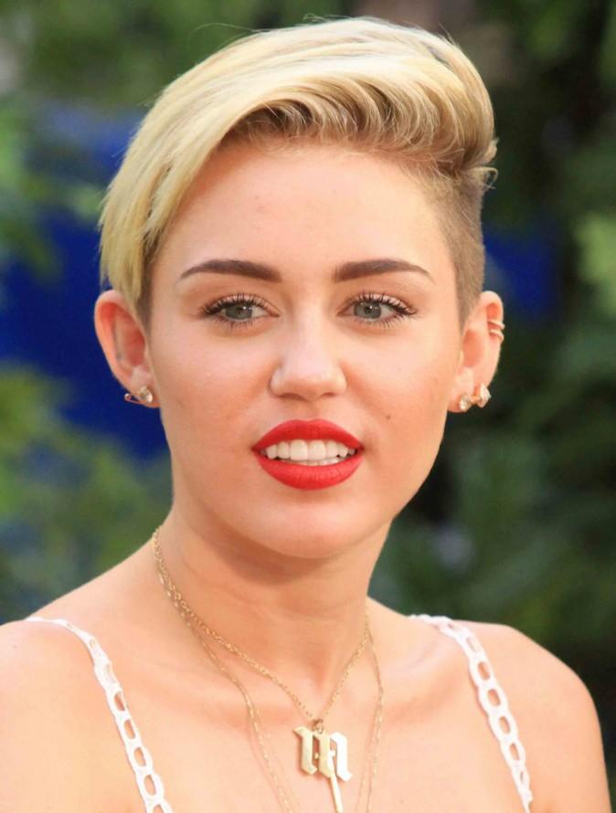 5-Miley cède aussi à la tendance half squaw version courte.
