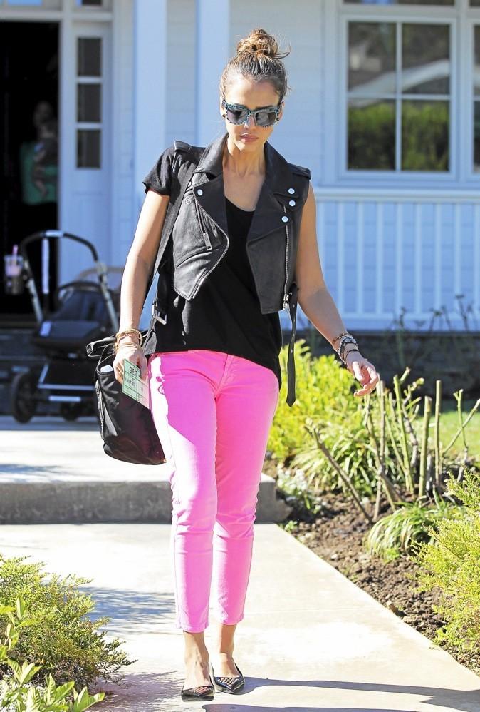 Jessica Alba et son jean fluo