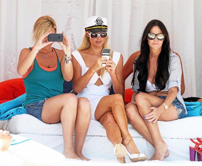 Paris Hilton : La capitaine Hilton prête à dégainer son smartphone à tout moment.