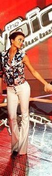 Chic en blazer sans-manche imprimé fleuri accompagné d'un pantalon blanc sur le plateau