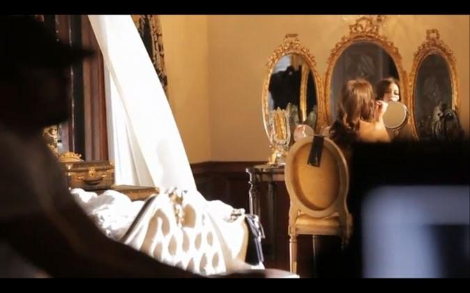 Fiction ou réalité ? Jessica se maquille dans un cadre idyllique.