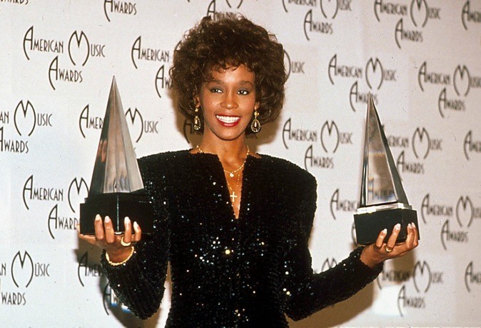 PIRÁMIDES ILLUMINATI - Página 3 Janvier-1989-Whitney-Houston-aux-American-Music-Awards_portrait_w674