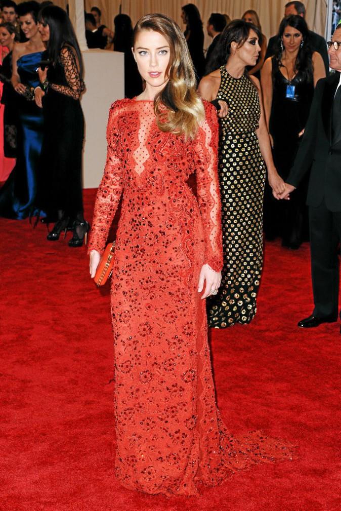Flamboyante dans cette robe en dentelle rouge désir... On comprend pourquoi Johnny Depp ne lui a pas résisté !