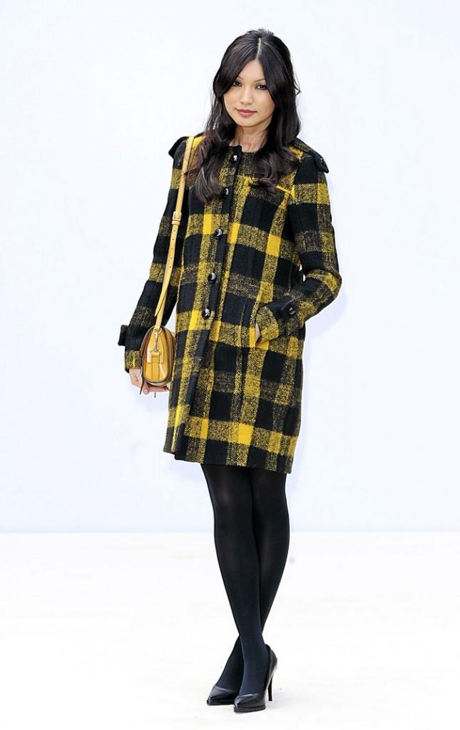 Gemma Chan en jaune