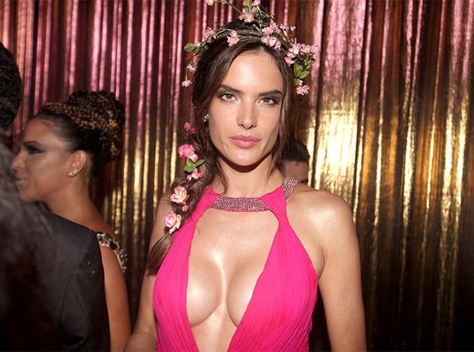 Alessandra Ambrosio : une Minnie totalement dénudée dans les bras de son BFF !