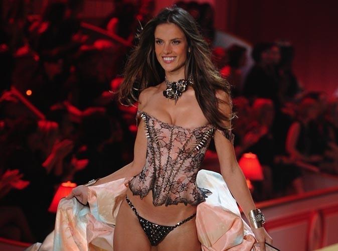 Alessandra Ambrosio : Une sirène qui dévoile son corps dans un tout petit bikini...