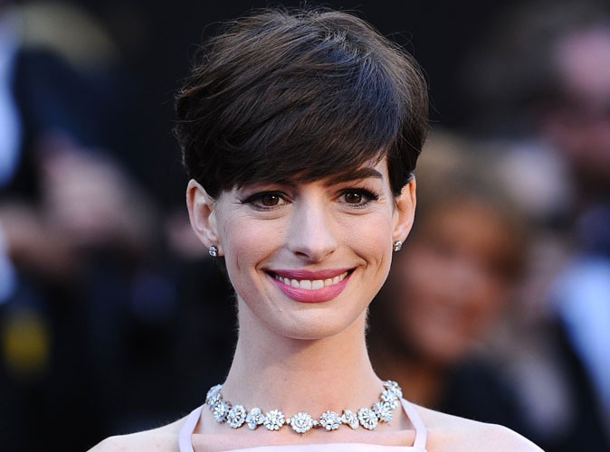 Anne Hathaway : brouillée avec Katie Holmes depuis qu'elle l'a imitée publiquement…
