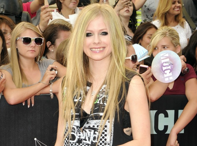 Avril Lavigne : très proche de son ex à St Trop !