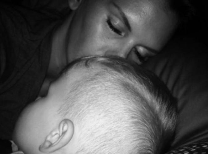 Amélie Neten : même la nuit, elle ne peut pas se passer de son fils !