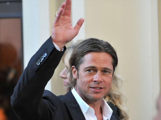 Brad Pitt à la rencontre de jeunes footballeurs écossais !