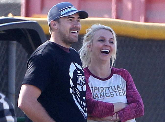 Britney Spears : elle fait monter son homme sur scène… et le tient en laisse !