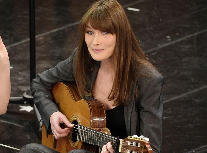 """Carla Bruni : sa chanson Le Pingouin en """"hommage"""" à François Hollande ?"""