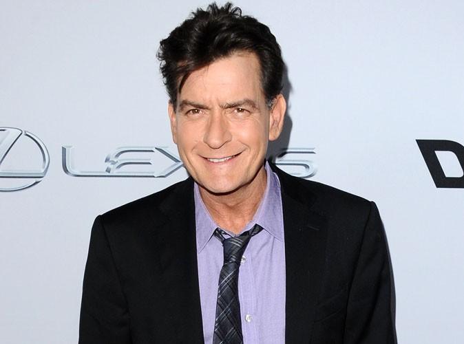 Charlie Sheen : à 48 ans, il obtient son bac et est très heureux de nous le faire savoir !