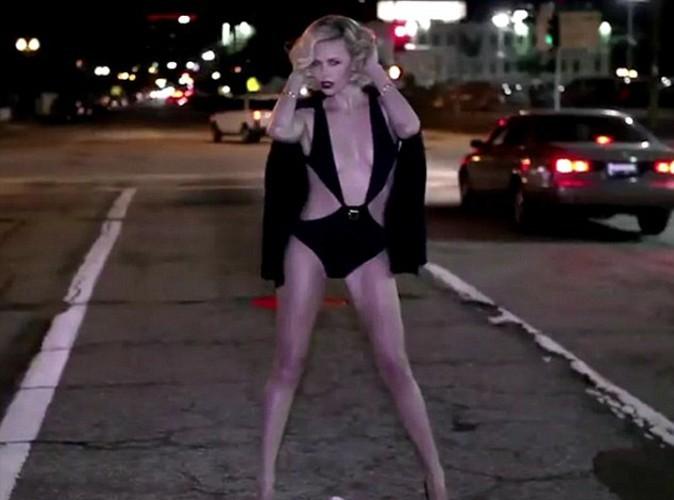 """Charlize Theron : ultra """"hot"""" pour Vanity Fair, elle révèle son amour pour McGyver !"""