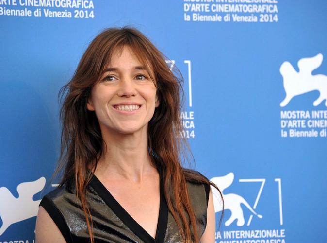"""Charlotte Gainsbourg évoque le deuil compliqué de sa soeur Kate Barry : """"Je n'ai plus aucun repère"""""""