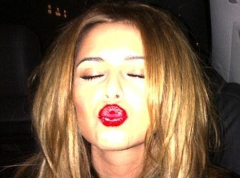 """Cheryl Cole : un baiser """"rouge passion"""" juste pour la bonne cause..."""