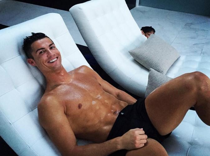 Cristiano Ronaldo : petit short, torse huilé... Caliente la séance de relaxation !