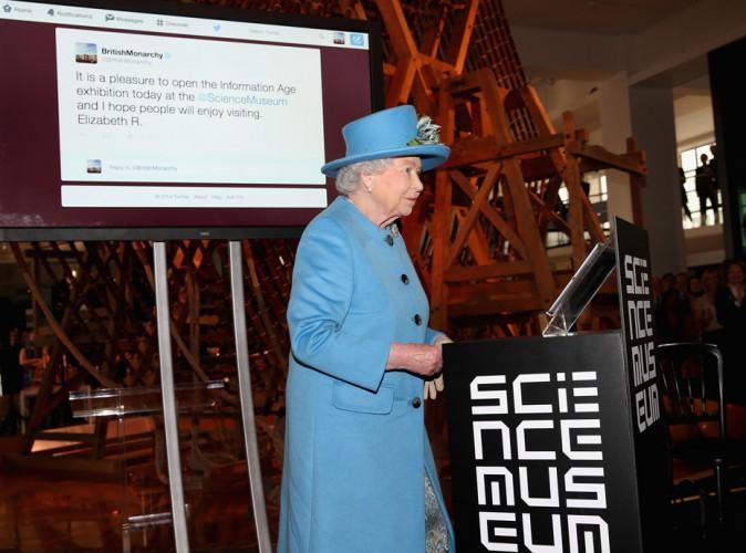 Elizabeth II : quand la Reine d'Angleterre tweete pour la toute première fois... !