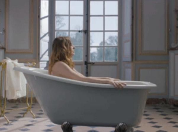 Elodie Frégé : sa vidéo toute nue est censurée sur la Toile !