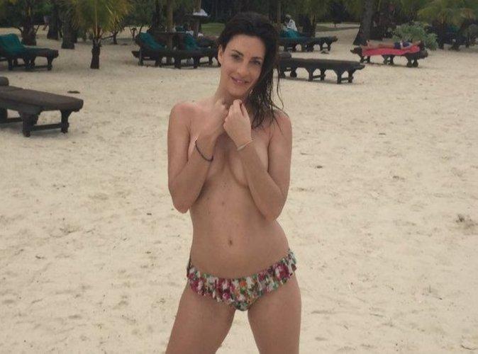 Eve Angeli : Sexy en vacances à l'île Maurice, elle enlève le haut !
