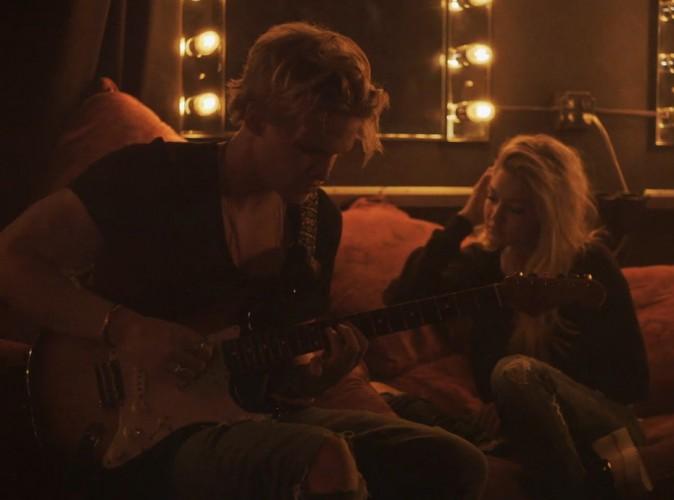 Gigi Hadid : sensuelle, elle fait une apparition dans le clip de son boyfriend Cody Simpson, qui lui chante son amour !