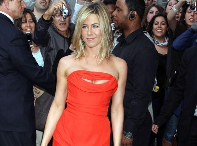 Jennifer Aniston avec une bague à son annulaire gauche... Serait-elle sur le point de convoler ?!