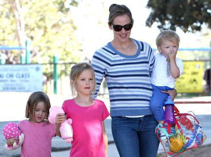 Jennifer Garner : enceinte de son quatrième enfant ? Son ventre rond fait jaser...