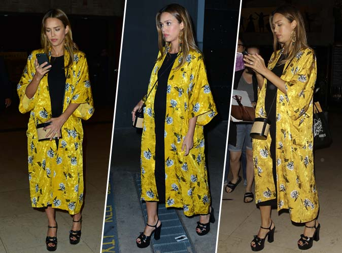 Jessica Alba : kimono jaune et baby bump discret, on adore !