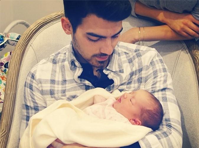 Joe Jonas : il a enfin rencontré sa nièce Alena Rose, née il y a quatre jours !